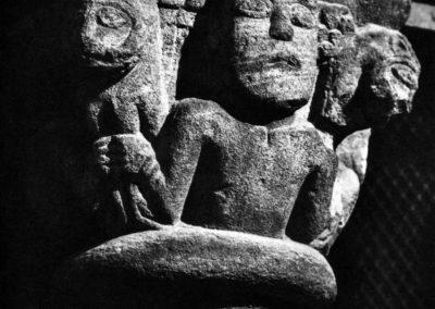 Selestat - homme tenant deux monstres dans les mains