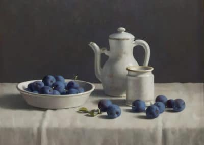 Still life with Delft white ceramics and prumes on a white tablecloth - Henk Helmantel (2013)